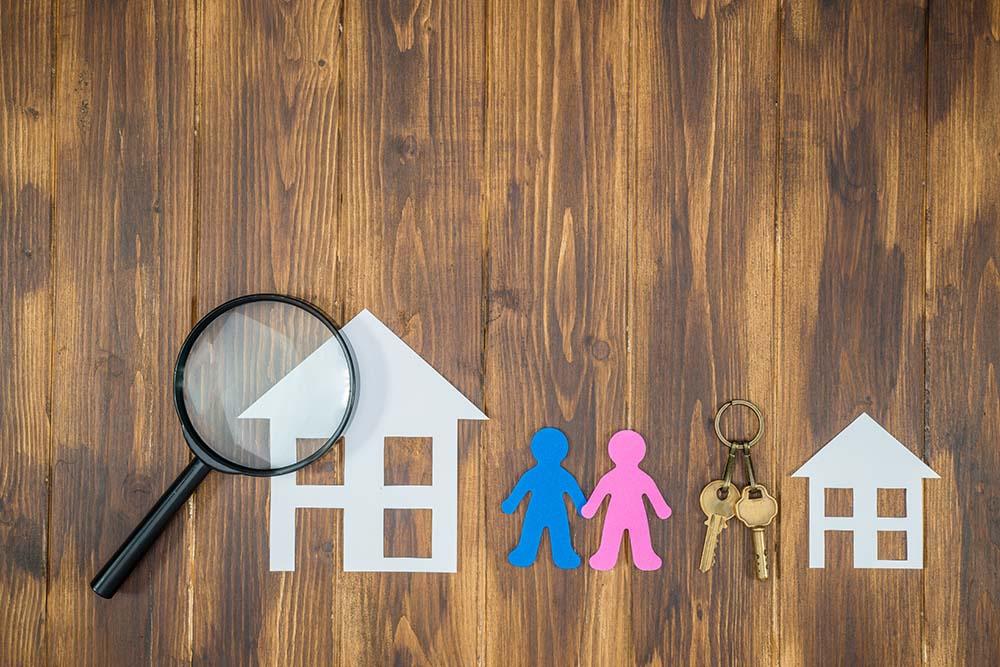 Immobilientausch, Haus gegen Wohnung oder Wohnung gegen Haus tauschen. Generationenwechsel. Senioren wollen in kleinere Wohnung, Familien wollen in ein Haus, beide werden beim Immobilientausch zusammengebracht.