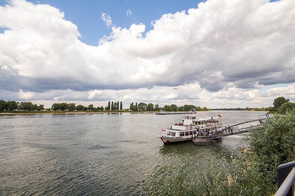 Schiffe auf dem Rhein in Kaiserswerth im Sommer